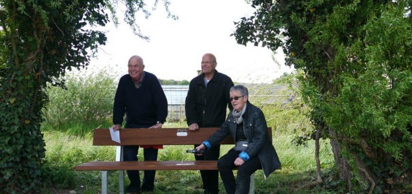 FREIE WÄHLER Alfter schenken dem Heimatverein Alfter eine Sitzbank am Mirbach